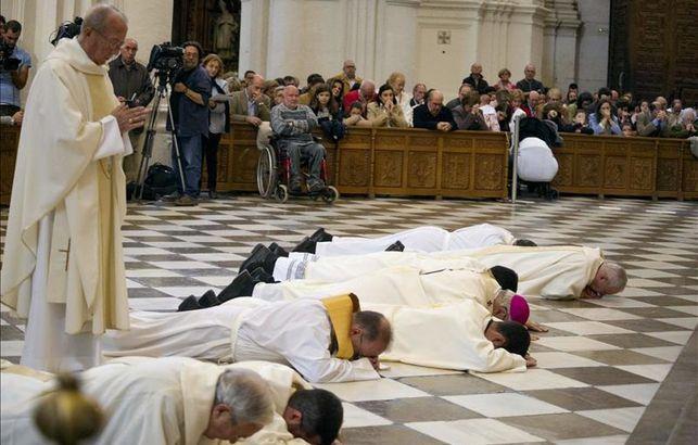arzobispo-Granada-postra-perdon-escandalos_EDIIMA20141123_0183_13.jpg
