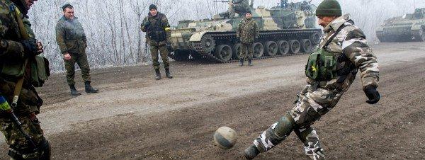 Soldados-ucranianos-juegan-a-f_54426195328_51351706917_600_226.jpg